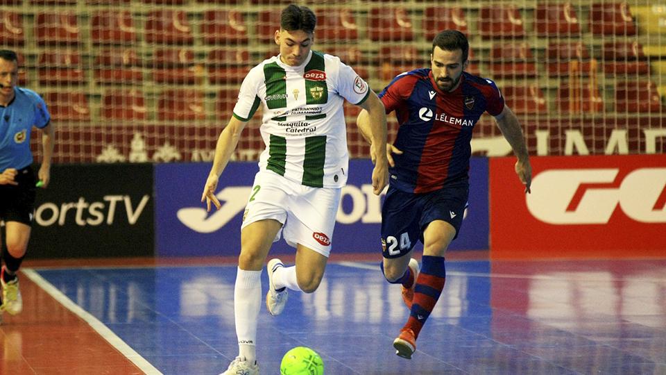 Ricardo, jugador del Córdoba Patrimonio, ante Pedro Toro, del Levante UD FS.