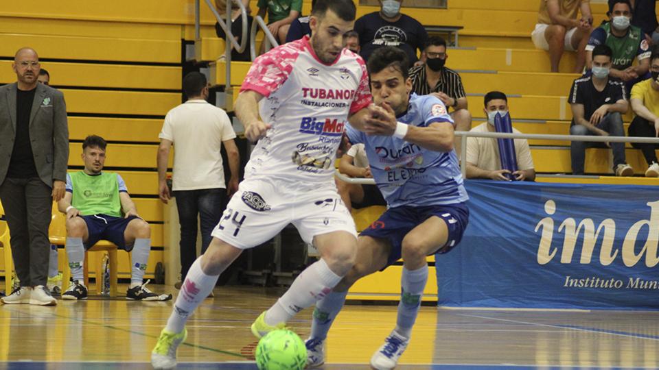 Armando, del Noia Portus Apostoli, conduce el balón ante Nacho Gil, del CD El Ejido Futsal