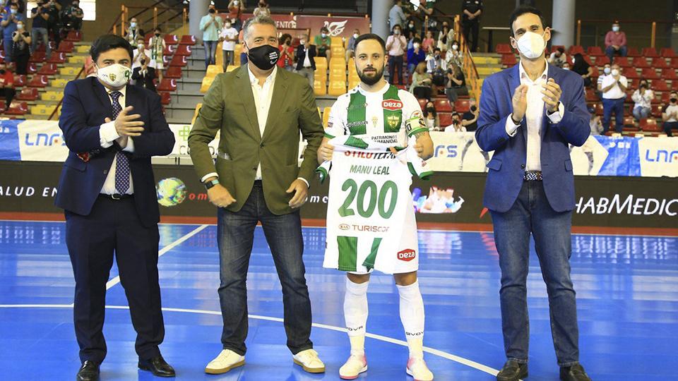 Manu Leal posa junto a García Román y Torrejimeno, homenajeado por sus 200 partidos.