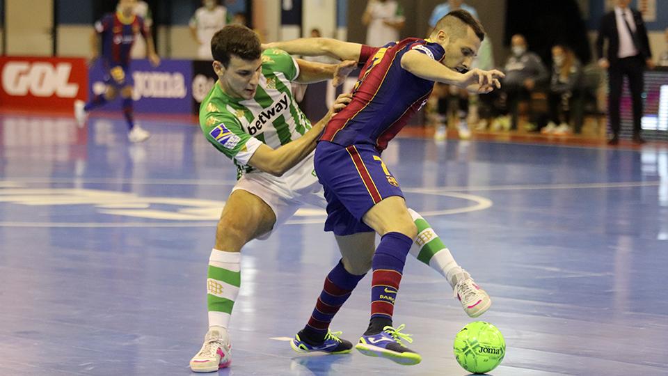 Dyego, jugador del Barça, protege el balón ante Eric Pérez, del Real Betis Futsal.