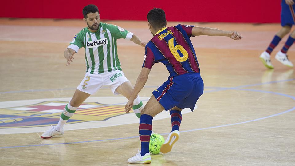 Daniel, jugador del Barça, encara a Burrito, del Real Betis Futsal.