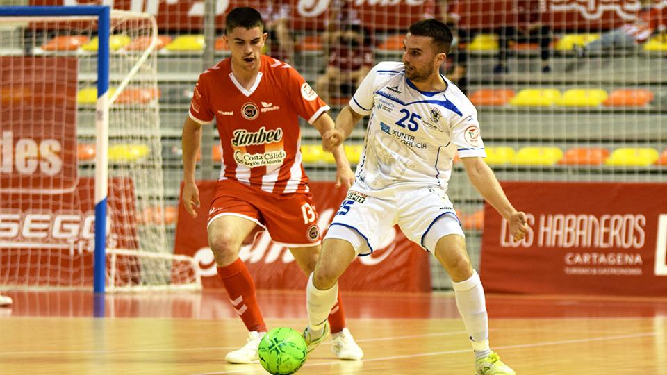 Kevin Chis, jugador de O Parrulo Ferrol, ante Mellado, del Jimbee Cartagena.