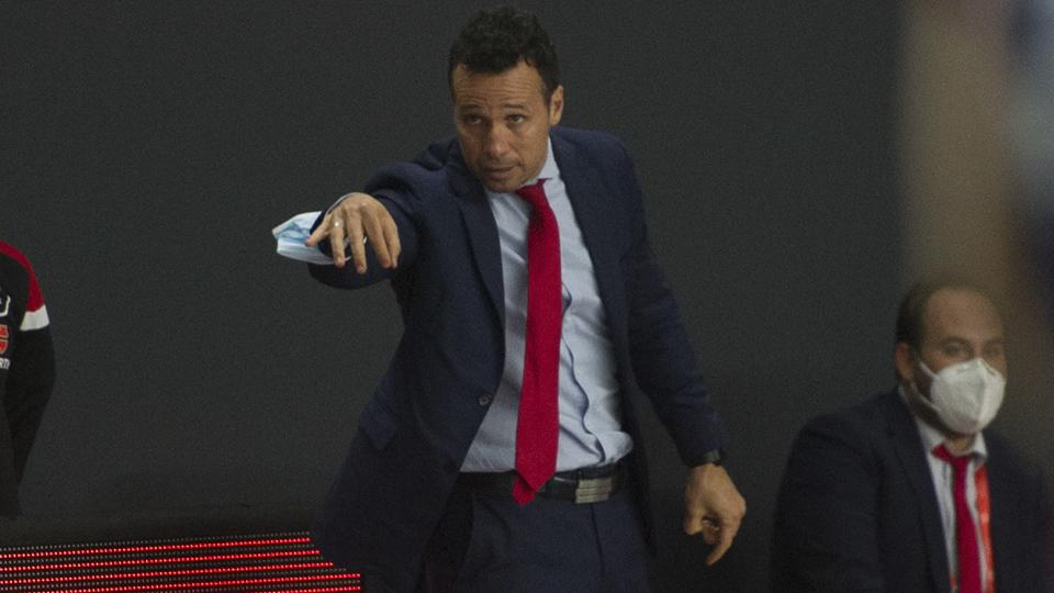 Diego Giustozzi, entrenador de ElPozo Murcia Costa Cálida, dando instrucciones a sus jugadores.