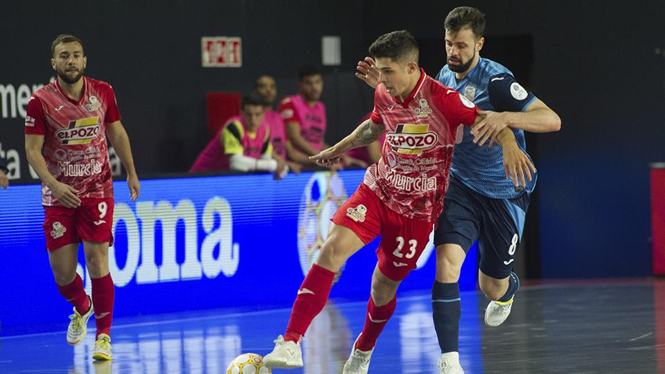Darío, jugador de ElPozo Murcia Costa Cálida, ante Raya, de Inter FS.