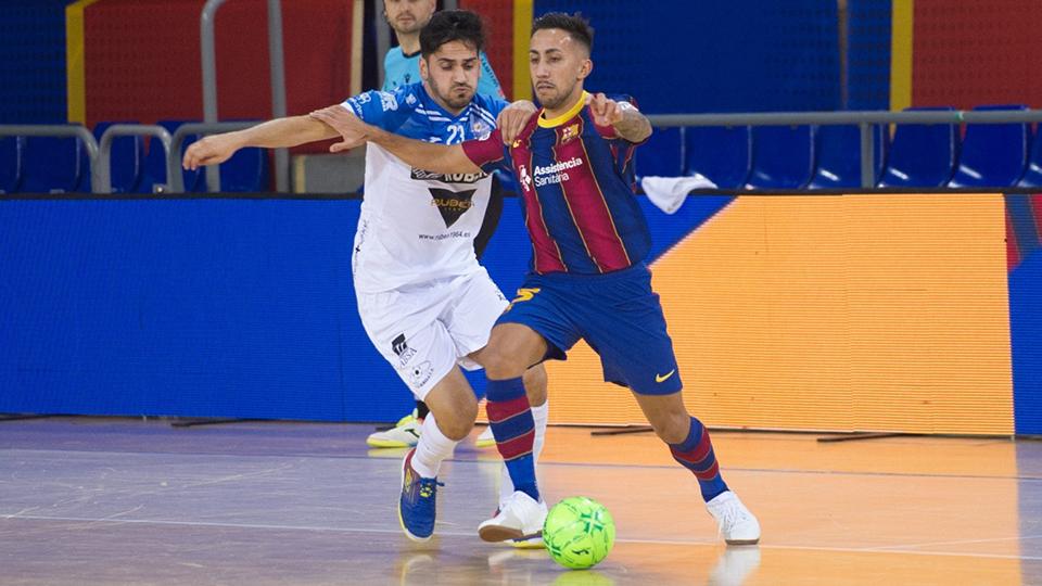 Joselito, del Barça, conduce el balón ante Quíntela, del Burela FS