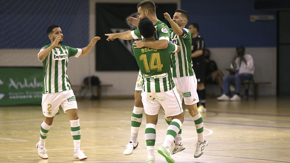 Los jugadores del Real Betis Futsal celebran un tanto.