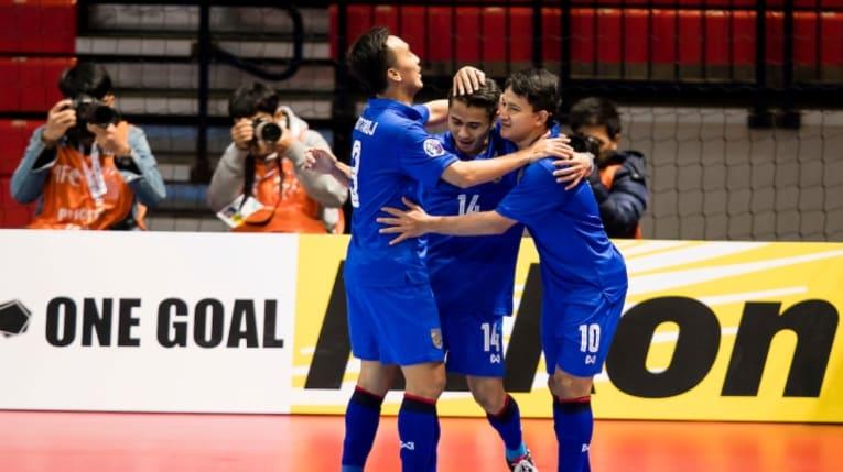 Los jugadores de Tailandia celebran un gol