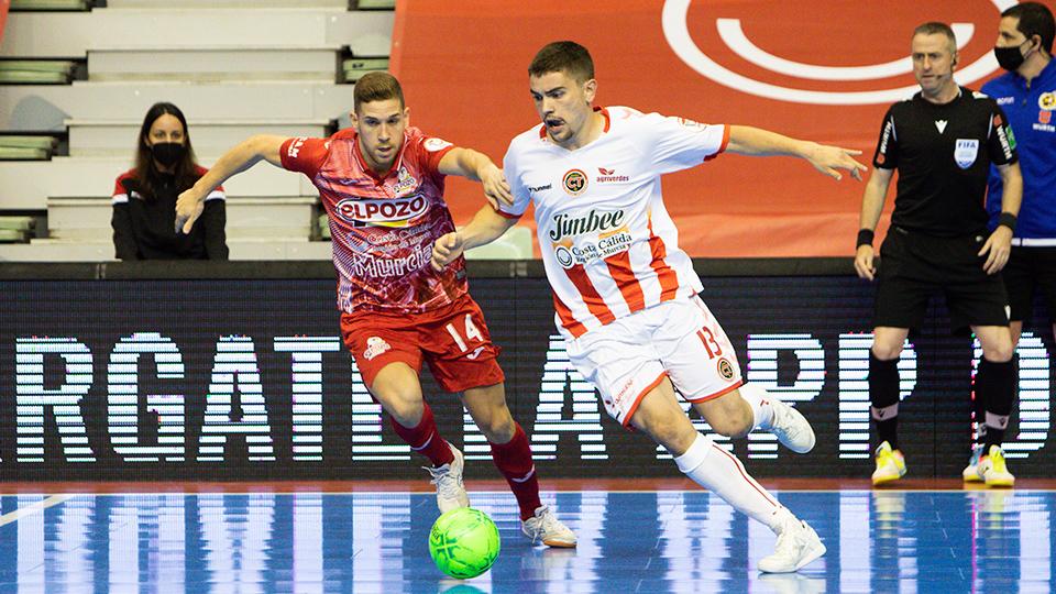 Mellado, de Jimbee Cartagena, conduce el balón ante Fernando, de ElPozo Murcia Costa Cálida.