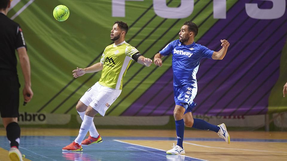 Marlon, jugador del Palma Futsal, ante Chicho, del Real Betis Futsal.