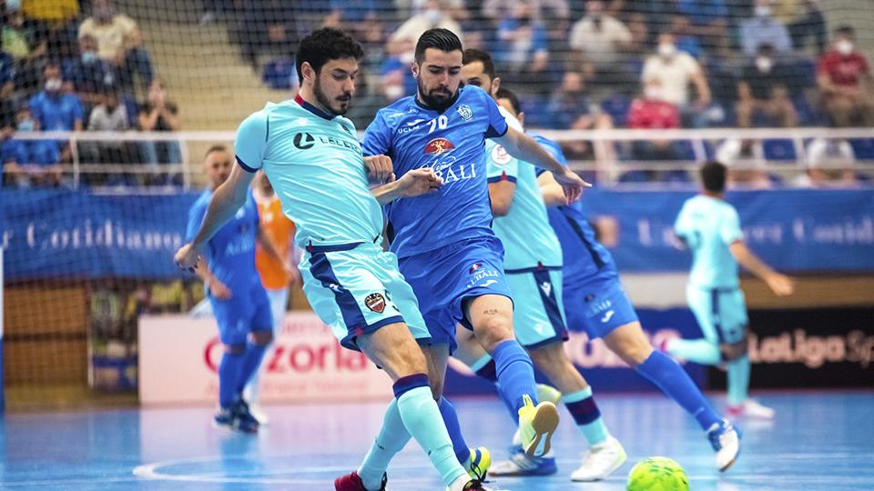 Marc Tolrá, jugador del Levante UD FS, ante Chino, del Viña Albali Valdepeñas (Fotografía: ACP-FSV)