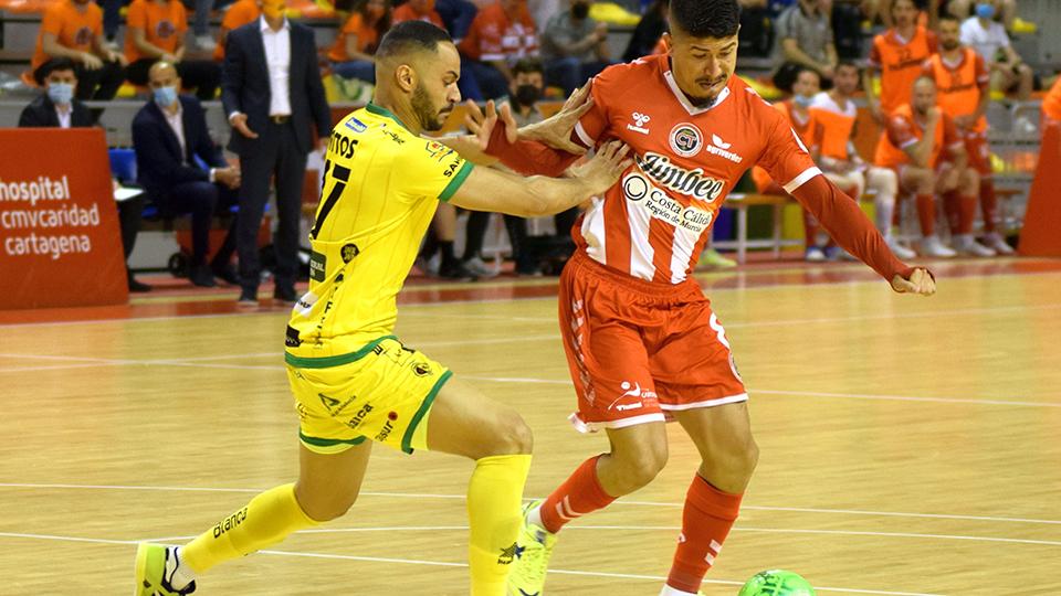 Franklin, del Jimbee Cartagena, conduce el balón ante Attos, del Jaén FS