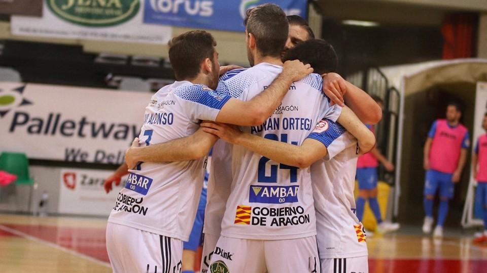 Los jugadores del Fútbol Emotion Zaragoza celebran un tanto