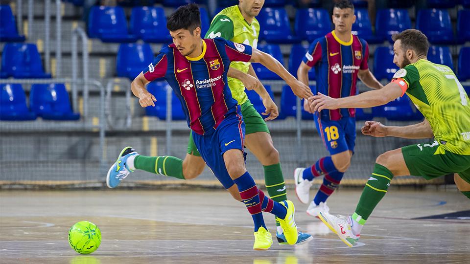 Daniel Shiraishi, del Barça, conduce el balón ante varios rivales de Inter FS