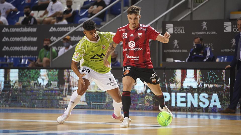 Jamur, jugador de Fútbol Emotion Zaragoza, protege el balón ante Vilela, del Palma Futsal.