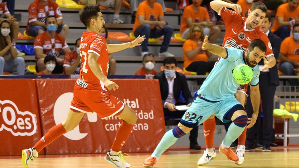 Pedro Toro, del Levante UD, pugna con el balón con Mellado, de Jimbee Cartagena.