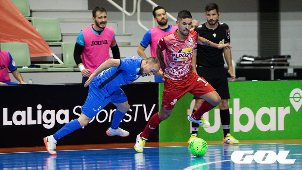 Felipe Valerio, jugador de ElPozo Murcia Costa Cálida, ante Nano, del Viña Albali Valdepeñas.