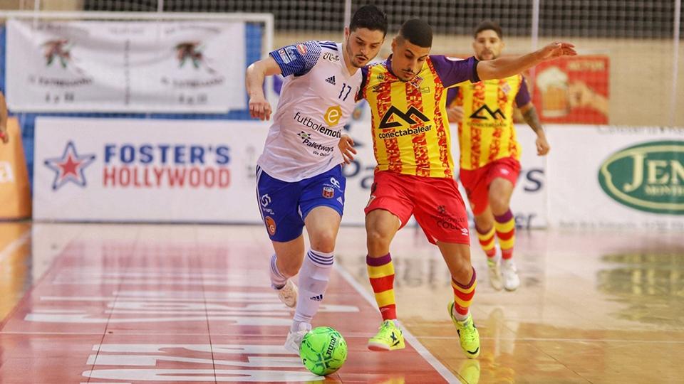 Dian Luka, jugador del Fútbol Emotion, pugna por el balón con Hamza, del Palma Futsal. (Foto: Jorge Vicioso)