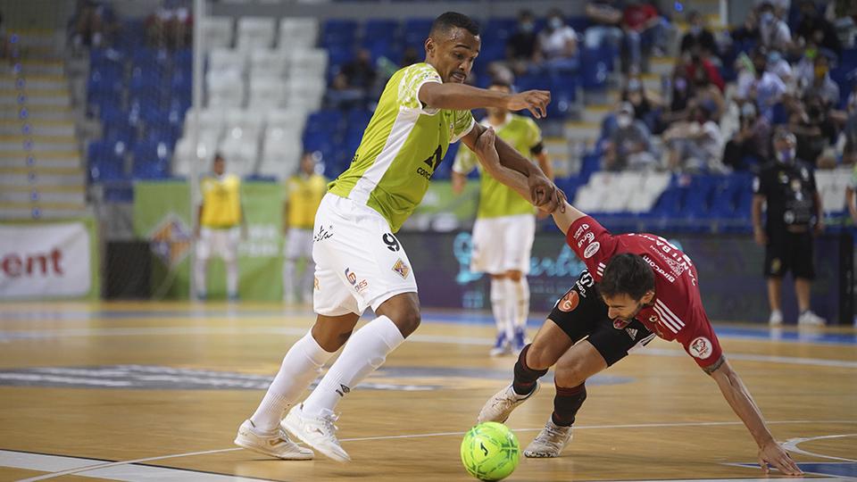 Higor, de Palma Futsal, controla el balón ante la presión rival.