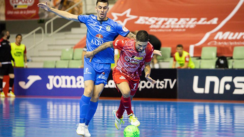 Felipe Valerio, de ElPozo Murcia Costa Cálida, conduce el balón ante Álex García, de Viña Albali Valdepeñas (Fotografía: Pascu Méndez)
