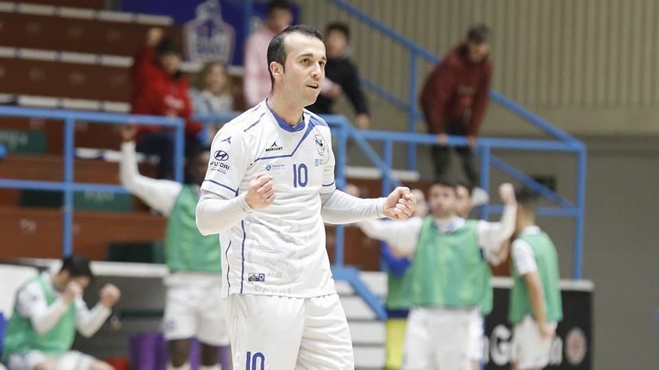 Adri, jugador de O Parrulo Ferrol, celebra un tanto. (Hugo Nidáguila / Instantes Momentos Fotográficos)