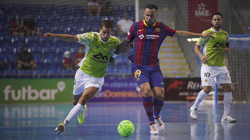 Ximbinha, del Barça, conduce el balón ante Raúl Campos, del Palma Futsal