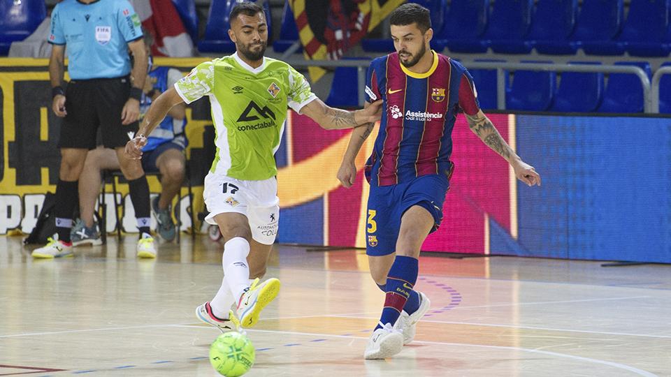 Matheus, jugador del Barça, ante Diego Nunes, del Palma Futsal.