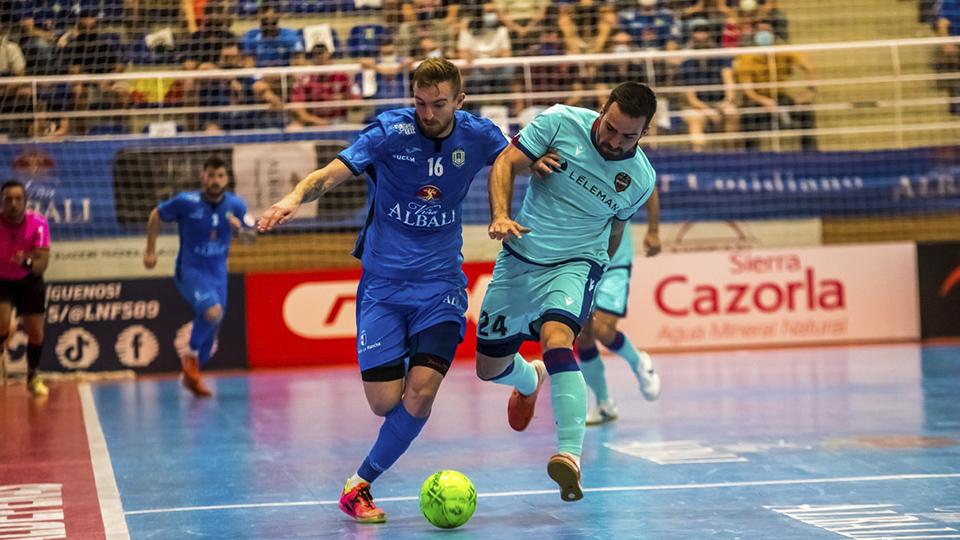 Sergio González, de Viña Albali Valdepeñas, y Pedro Toro, del Levante UD, pugnan por el balón.