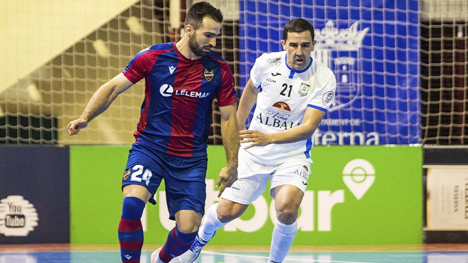 Pedro Toro, jugador del Levante UD FS, ante José Ruiz, del Viña Albali Valdepeñas.