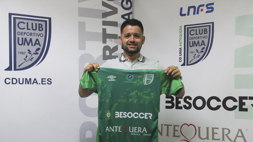 Burrito posa con la camiseta del BeSoccer CD UMA Antequera.