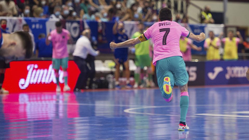 Dyego, jugador del Barça. celebra un tanto.