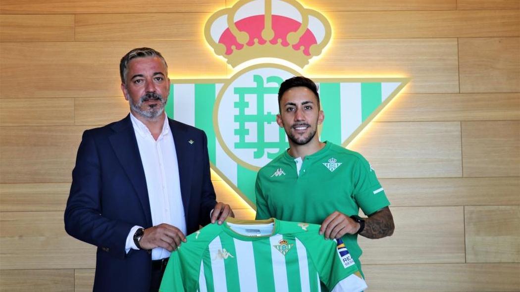 Pablo Vilches, responsable de secciones del Real Betis, posa junto a Joselito, nuevo jugador verdiblanco.