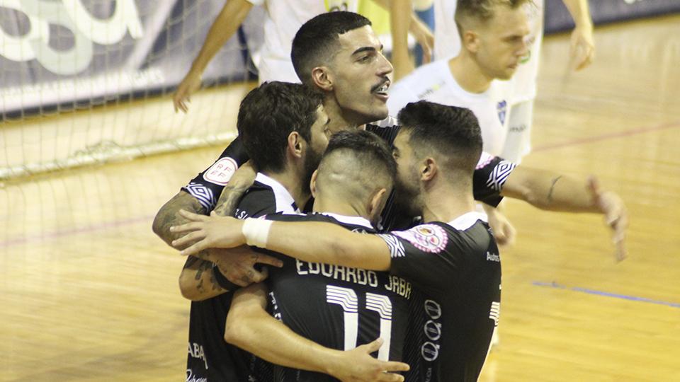 Los jugadores de Noia Portus Apostoli celebran un gol