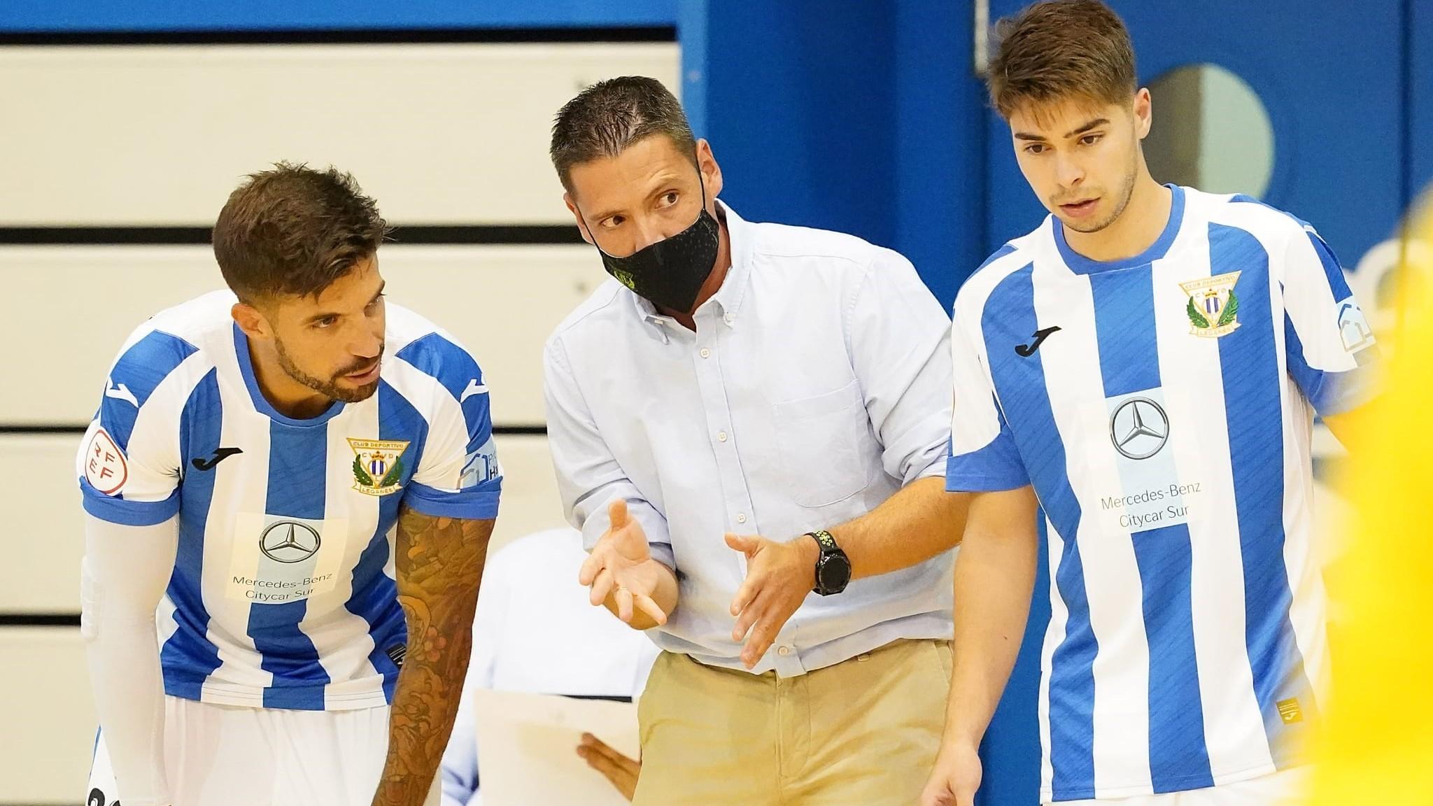 Diego Gacimartín, entrenador del CD Leganés, da instrucciones.