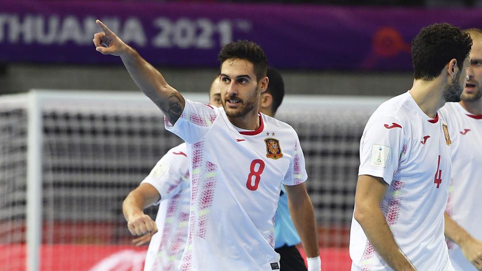 Adolfo celebra un tanto con España. (Foto: FIFA via Getty Images)