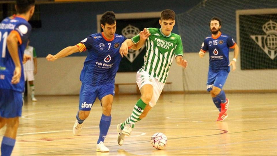 Muniesa, del Full Energía Zaragoza, pugna por el balón contra un rival.