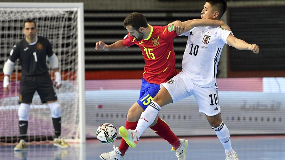 Raya, de España, conduce el balón ante Henmi, de Japón (Fotografía: FIFA / Getty Images)