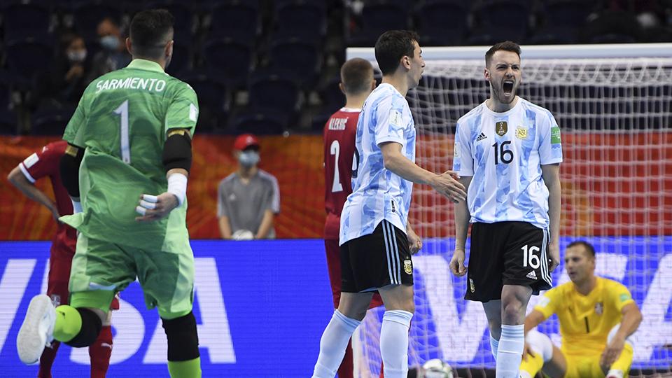 Los jugadores de Argentina celebran un tanto.