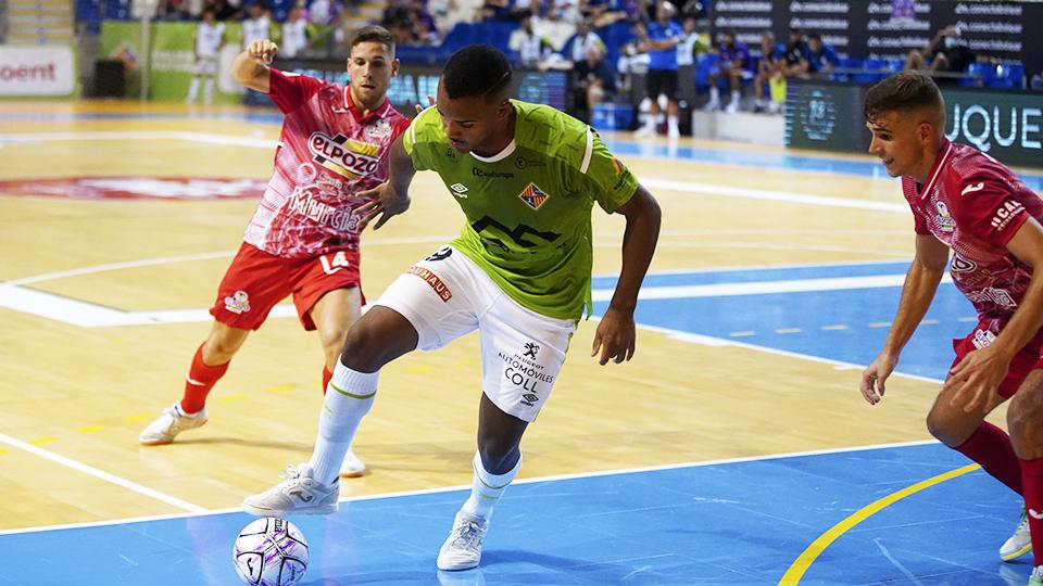Higor, jugador del Palma Futsal, protege el balón ante Alberto García, de ElPozo Murcia Costa Cálida.