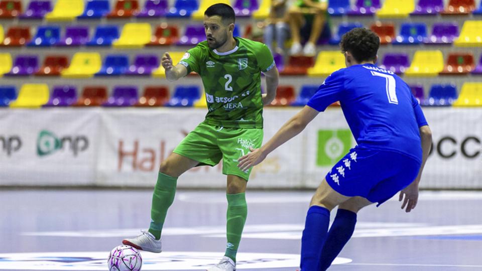Burrito, jugador del BeSoccer CD UMA Antequera, ante Guido, del Real Betis Futsal B.