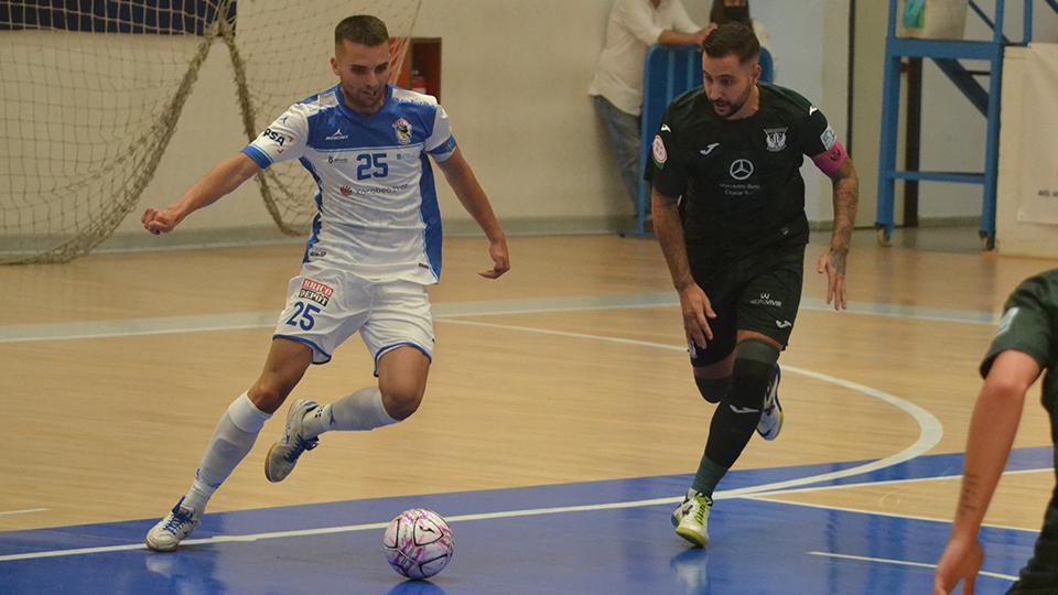 Kevin Chis, de O Parrulo Ferrol, conduce el balón ante Palomares, del CD Leganés