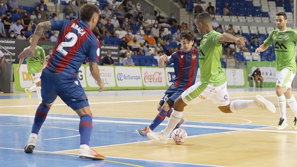 Higor, jugador del Palma Futsal, dispara ante Araça, del Levante UD FS.