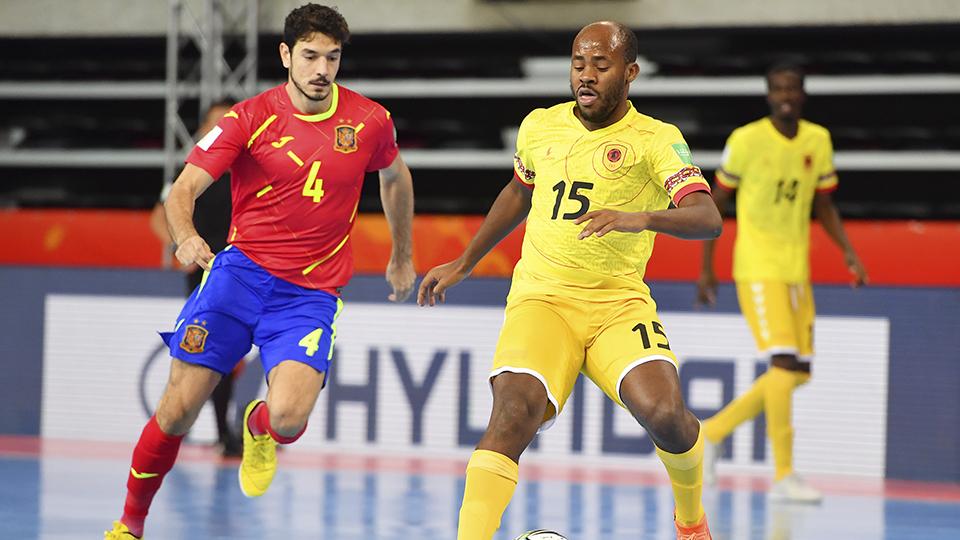 Marc Tolrá, jugador de España, ante Guga, de Angola. (Foto: FIFA / Getty)