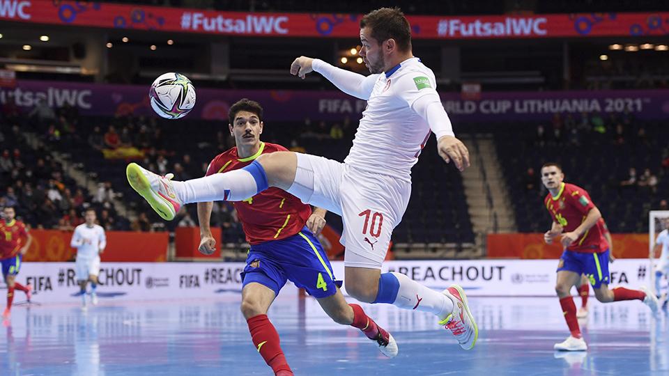 Seidler, de la República Checa, controla el balón ante Marc Tolrà, de España (Fotografía: FIFA / Getty Images)