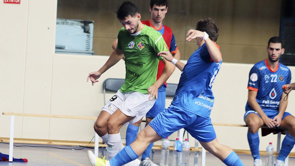 Gordillo, jugador del Visit Calvià Hidrobal, ante Marcos Forga, del Full Energía Zaragoza.