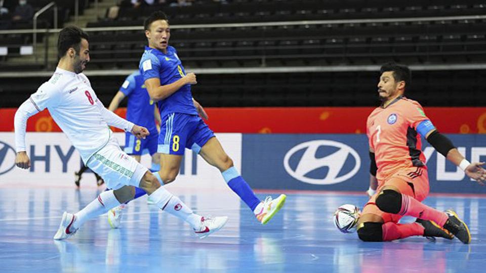 Oladghobad, jugador de Irán, dispara ante Higuita, de Kazajistán.