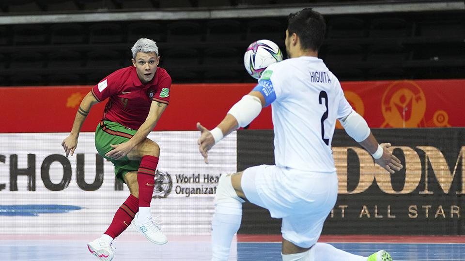 Afonso, jugador de Portugal, dispara ante Higuita, de Kazajistán. (Foto: FIFA / Getty)