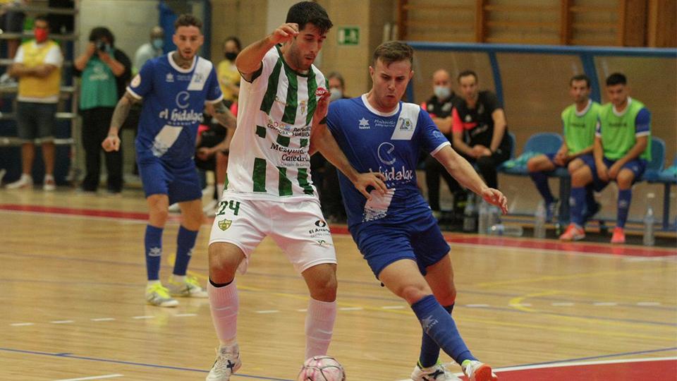 Ismael, jugador de Córdoba Patrimonio, protege el balón.