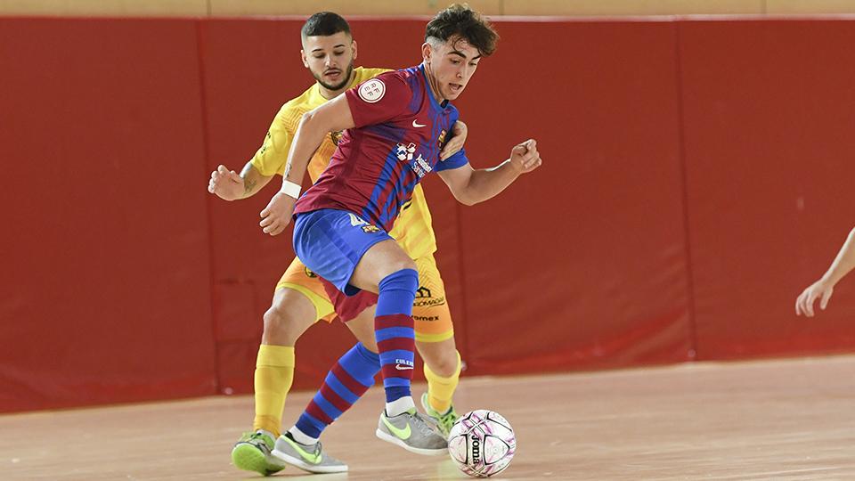 Carrasco, jugador del Barça B, protege el balón.