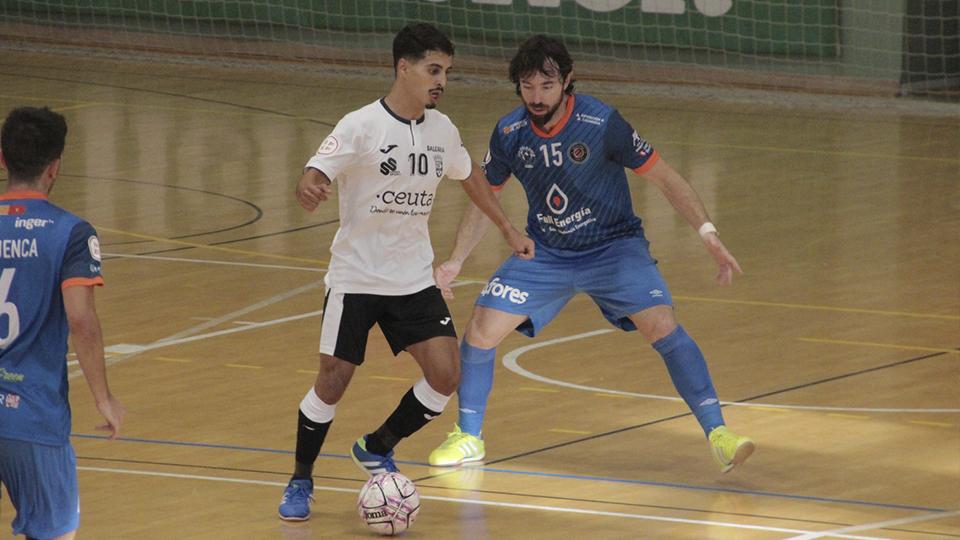 Anuar, de la Unión África Ceutí, controla el balón ante Nano Modrego, de Full Energía Zaragoza.