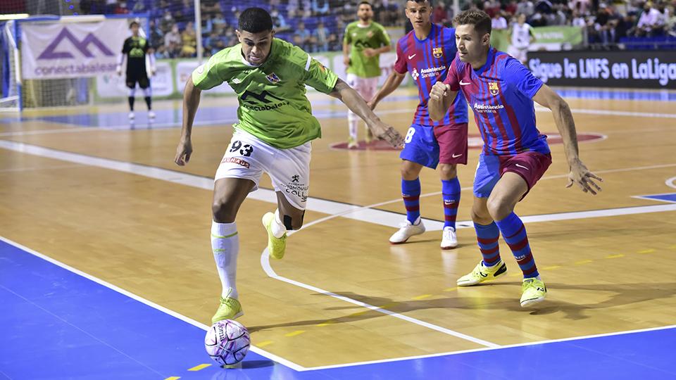 Vilela, jugador del Palma Futsal, ante Pito, del Barça.